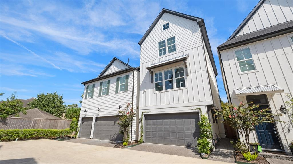 This gorgeous, free standing single family home is located in the heart of Timbergrove, near Houston Heights. Located in a well maintained gated community, this property offers a wonderful combination of security and convenience.