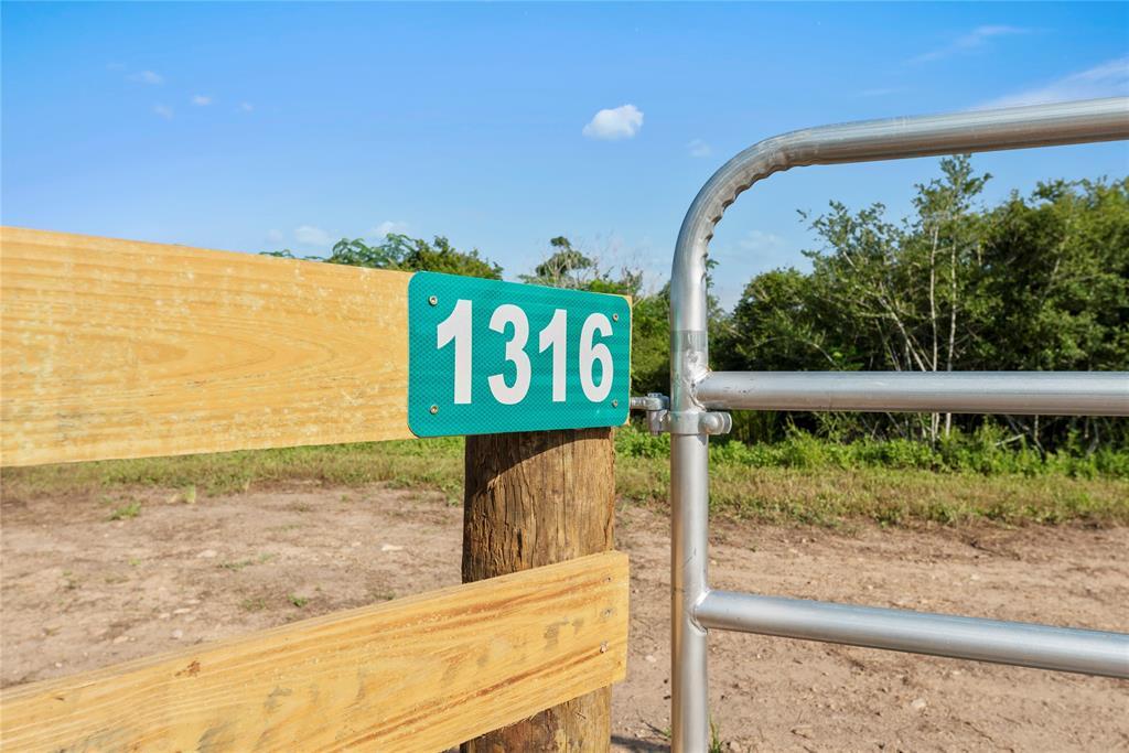 1316 Piney Woods Road, Alleyton, TX 78935