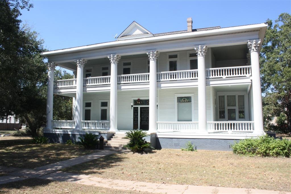 206 W Davis Street, Hearne, TX 77859