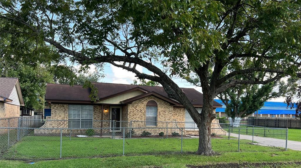 407 E East Oak Street, Highlands, TX 77562
