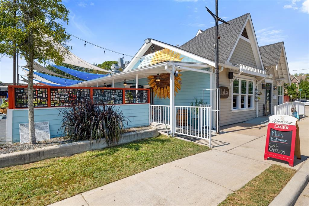 If your looking to live in a walkable community, this section of Garden Oaks has what you are looking for. This is one of the nearby restaurants, D'alba Craft Kitchen & Cocktails. Located less than a block away from the home.