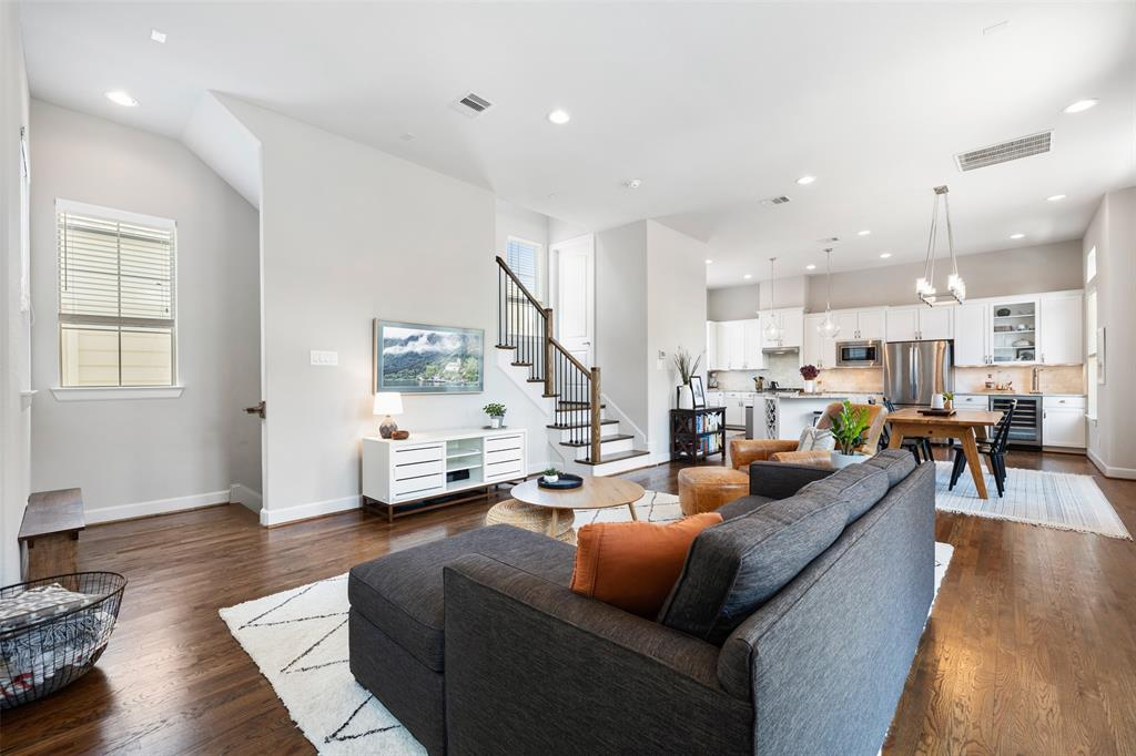 The main living is the perfect space for entertainment and everyday relaxation. The living room is open to both the kitchen and the dining room. It offers high ceilings, recessed lighting, and hardwood floors.